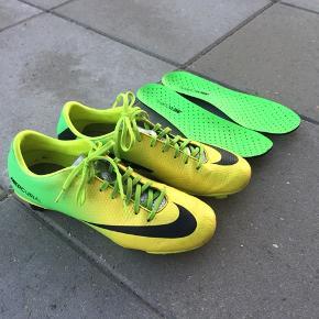 Sælger disse Nike Mercurial fodboldstøvler i str. 40,5/25,5 cm. De er i rigtig god stand, da de er købt for små og dermed brugt minimalt.   Kan afhentes i Odense/Silkeborg eller sendes efter aftale.
