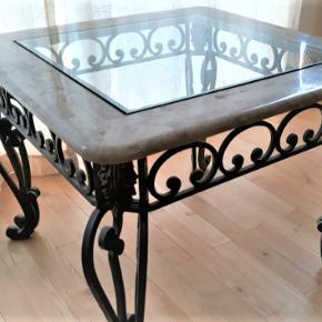 Smukt glas, marmor og metal bord 70 cm B x 70cm D og 55cm H