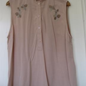 Ubrugt skjorte uden ærmer, med broderet blomster.