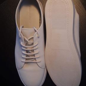 Hej sælger disse to par Tiger Of Sweden sko, da de er købt for små.  Skoene er kun prøvet på!  1500 for begge par.  normalt 1500 stykket!
