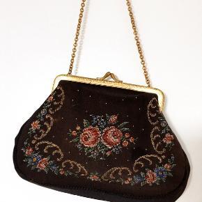 Sød, lille vintage håndtaske med fine broderinger 🌸