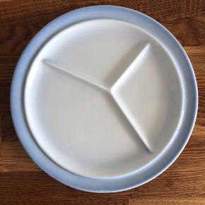 Fin, ruminddelt tallerken. To små streger, se billede.