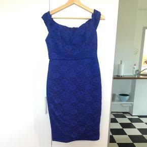 Super flot kongeblå kjole fra ASOS i str 40. Farven på billederne snyder lidt. Den er nemlig helt kongeblå i virkeligheden. Den sidder super flot. Kan sættes ned om skuldrene eller sættes som normale stropper. Har en flot slids i bunden bagpå.  Er aldrig brugt, men prismærket er klippet af.   BYD