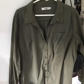 Jeg sælger denne oliven grønne skjorte, som er fra mærket Mila.  Den er i en str. Xl, men er lille i størrelsen.  Brugt et par gange.