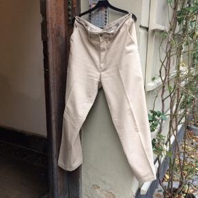 Dockers bukser. De måler 44 i taljen og 100 i længden