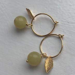 Lulu ørering - flotte gule halvædelstensperler i 15mm creol med blad vedhæng