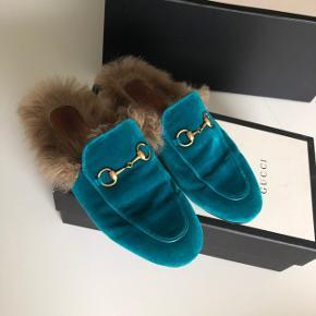 Sælger disse flotte Gucci Princetown slippers Størrelse 37, svarer til størrelsen.  De er brugt, men stadig i god stand. Kasse, kvittering osv. Følger med. Ny pris var omkring 5.000kr. Kom med realistisk bud.