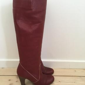 De smukkeste, feminine Billi Bi skindstøvler str. 38. Støvlerne fremstår næsten som nye, da de kun er brugt enkelte gange. Nypris 1999,00 kr.