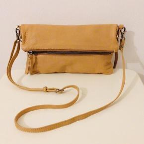 Fin taske i ægte læder af mærket Becksöndergaard er multi funktionel og kan laves både til en Clutch en mellem taske som det kan ses på billede 1 og en lidt støre taske som det ses på billede 2 😊