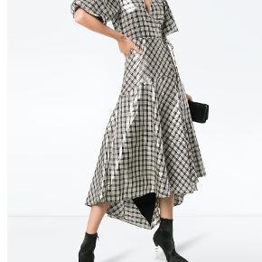 GANNI silke mellemlang Lagarde-kjole aldrig brugt og stadig med tag Ny pris 5000 kr.