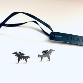 Splinternye øreringe / ørestikker med mærke fra Pure Sterling oxideret sølv Købt for 400,-