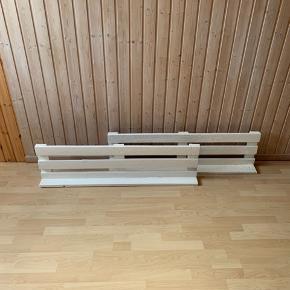 1 for 150kr. eller begge for 250kr.  To robuste hylder lavet af paller. De er hjemmelavet. L: 119 x H: 31 x D: 13 cm.  Sendes ikke, men kan muligvis leveres til dig.