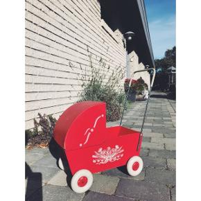 Rød Vibo retro dukkevogn  Rigtig flot stand  Kommer med røde puder  Kan hentes i Hørsholm eller på Østerbro