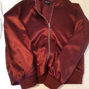 "Rigtig flot bordeaux bomberjakke, i rundt materiale, så er også perfekt som inde ""jakke""."
