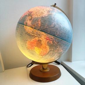 Globus med træfod og lys i.