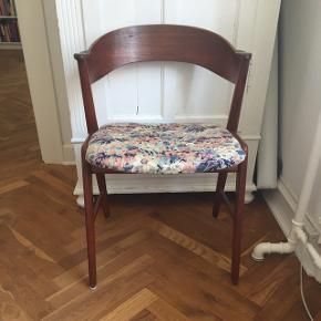 2 stk stole af Kai Kristiansen. Hjemmelavet betræk i liberty stof, kan nemt skiftes. Sædet på den ene stol sidder løst, men kan formentlig nemt skrues fast. Pris per styk.