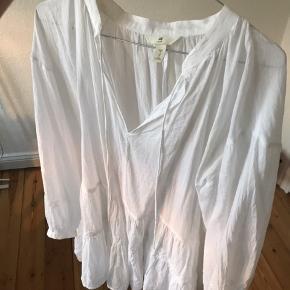 Sælger denne tunika fra HM, da den ikke er mig alligevel. Den er nogle måneder gammel, men har bare hængt i skabet. Brugt maks 3 gange. Den er let og luftig og rigtig flot 🌸 skal den sendes er fragten på købers regning 😀 Det sidste billede er for at kunne se længden af den. Jeg er 170 cm😀