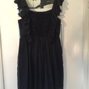 Silkekjole i helt mørkeblå, nærmest sort. Str 40. Aldrig brugt. Virkelig smuk kjole. Pris 150,- pp Bytter ikke.
