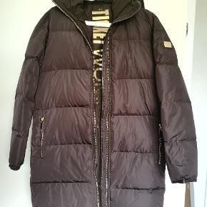 Fejlkøb. Smuk brun farve og dejlig varm dunfrakke Brun læderkant på ærmer og frakkekant, vand og vindtæt. Helt i top frakke.  Fra røg frit hjem .