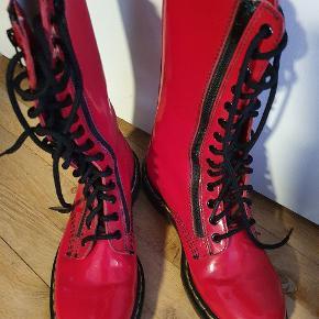Flotte røde Dr. Martensen støvler. Brugt en gang. Lige så gode som nye. Har en lille bitte ridse på den ene støvle man dog ikke lægger mærke til. Højt skaft. Bud modtages gerne.😊