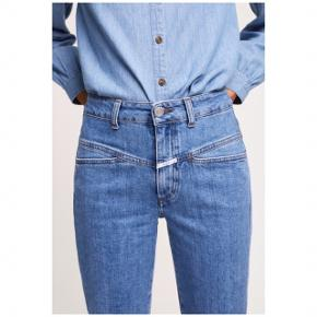 Sælger disse populære Pedal Pusher jeans fra CLOSED i str 38 (momfit). De er små i str og sælger dem udelukkende fordi de er for små. Jeg er selv en m/38, men de passer xs-s. De er i farven 6D (mid blue). Ny pris var 1.045,-.  Der kan læses mere om dem samt ses flere billeder af jeansene på CLOSED's egen side samt på deres Instagram.   Beskrivelse:  Materiale: 98% bomuld, 2% elasthan Materialets detaljer: Denim Ikke-tekstildele af animalsk oprindelse: Ja Plejeanvisning: Ikke egnet til tørretumbler, maskinvask ved 30°C  INFORMATION OM PRODUKTET Livhøjde: Høj Lukning, lås: Skjult Zip-Fly Bukselommer: Baglommer, sidelommer Fit: Tapered leg Længde: Ankellængde