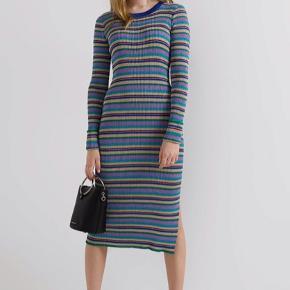 Flot kjole - er nærmest som ny - i metallic glitterende farver. Prisen er fast.