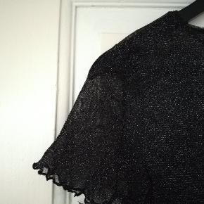 Fin cropped t shirt med glimmer i mesh, der er stræk i så kan passe xs-l :)