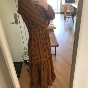 Smuk kjole fra Karen by Simonsen i det fineste skinnende stof, så dejlig let at have på.