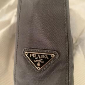 Dejlig Prada skulder taske. Har selv købt den herinde til 2.200. Sælges for 2000. Kan stå inde for den er 100% ægte. Sælges da jeg ikke bruger den. Har næsten ikke brugt den siden jeg købte den.  Det er kun tasken som følger med Skriv for flere billeder