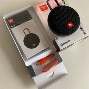 Super smart JBL Clip3 bluetooth højttaler i sort, modelnavn: JBL CLIP 3 BT-HØJTALER IPX7. Højttaleren er transportabel og kan medbringes overalt. Spilletiden er op til 10 timer på en opladning.  Højttaleren er totalt vandtæt (IPX7) og kan holde i op til 30 minutter under vand. Med den indbyggede speakerphone-funktion kan du besvare dine opkald igennem din JBL CLIP 3, og den effektive støjbegrænsning betyder, at heller ikke baggrundsstøj er et problem.  Sælges i original indpakning og med original oplader og brugsanvisning. Højttaleren er kun brugt få gange indendøre.  Nypris: 500 kr. Sælges for 250 kr. Kan afhentes i Herning eller sendes ved at køber betaler porto.