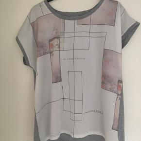 Fransa bluse med mønstre foran og ryggen er helt grå