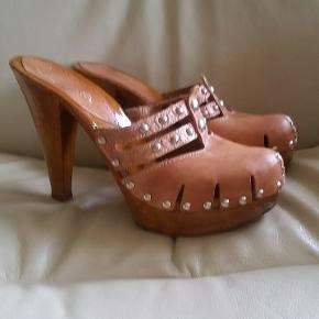 Lækre heels. Der står 40 i skoen, men de er små i størrelsen og passer bedre en str. 39  Hælhøjden er 12,5 cm