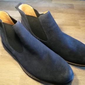 Varetype: Sko støvler Farve: Mørkeblå Oprindelig købspris: 1399 kr.  Nye ruskind støvler fra ECCO, med anti-shock hæl. Udvendig er materialet ruskind, og indeni læder. Meget behagelige. Str. 44  Se også mine andre annoncer af mærkevarer i fortrinlig stand, til både manden og det smukke køn.