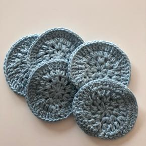 Bomuldsrondeller i støvet blå. Lavet af 100% genbrugs bomuld. Kan vaskes på 40 grader. 5 stk. 15kr🌸  Se evt. mere på min Instagram: Englebjerghaeklerier 🌸