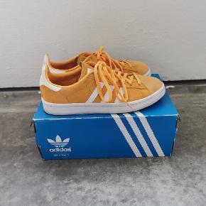 Adidas campus gule sneakers, der er brugt 6-7 gange. Sælges da jeg ikke længere får dem brugt. Kassen haves stadig.