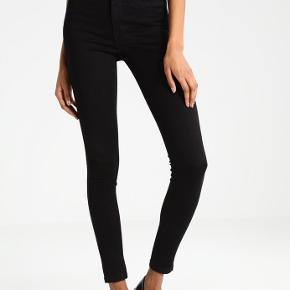 Sorte Jeans med Skinny Fit i str. Mx34(længde). Højtaljede til lige under navlen. Har 3 par jeans, som helst sælges samlet. Koster 239 kr. pr. stk. fra ny. De har været vasket en del gange, så er ikke helt sorte længere, men ellers fejler de intet - sælges da jeg har tabt mig, og de derfor ikke passer særlig godt længere ..