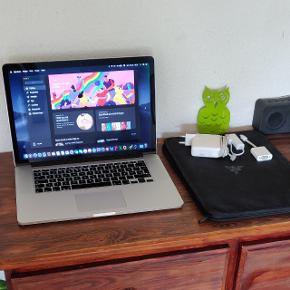 """MacBook pro 15"""" Retina. Lynhurtig med gode specifikationer. Modellen har en 15"""" Retina skærm med høj opløsning. Desuden har den en hurtig Intel i7 processor, 8 GB ram, 256 GB SSD harddisk, Facetime kamera og mikrofon, AC WiFi, Bluetooth, HDMI udgang, baggrundsbelyst tastatur og meget mere. Både MacBook og batteri er nærmest som ny. Eneste dumme ting er at skærmen sommetider har et grønligt skær de første 5-10 minutter. Så forsvinder det og alt er normalt. Fungerer ellers fuldstændigt fejlfrit. Af ovenstående grund sælges den til en yderst rimelig pris 😊  Med nyeste Mac os x Mojave og nyeste opdateringer. Desuden med Microsoft Office.  Sælges incl original Apple Magsafe 2 oplader, ethernet adapter, VGA adapter og Razor sleeve. Alt er i super flot og fejlfri stand.."""