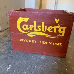 Gammel Carlsbergkasse med patina. Har 3 kasser i alt (se billede 2).