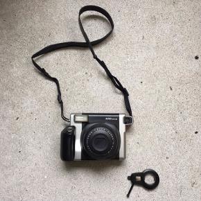 Fujifilm Instax Wide 300. Et dejligt instant kamera til nostalgikere. Sælger da jeg desværre ikke får det brugt ofte nok. Kameraet kører på 4 x batteri AA type. Film er inkluderet i prisen