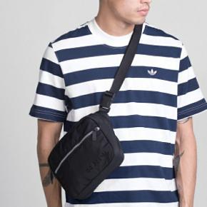 Adidas Modern Airliner Bag i sort.  Nypris 349 kr.