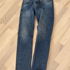 32/34.. Bukserne er helt nye, aldrig vasket. Bukserne var for lange til mig.