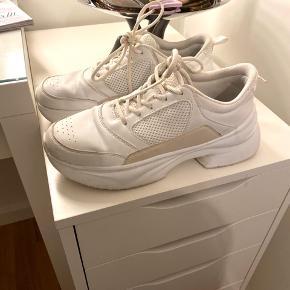 ZARA chunky sneakers i str. 39 (passer bedst en 38) sælges. Brugte men i super fin stand.