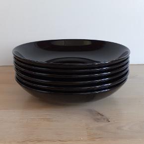 6 stk. dybe tallerkner i sort. 10 kr. Per stk. Kan også bruges som serverings skåle. Jeg har en tilsvarende annonce på 5 stk. Skåle også i sort. Kan afhentes i Virum eller Hørsholm.