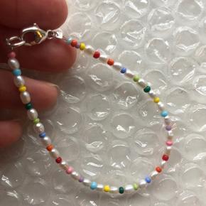 Perle armbånd med små ferskvandsperler  Multi farvede glas perler 🐚 26 små ferskvandsperler Lås: Sterling sølv  🍁 Prisen er fast og inkl Porto med postnord