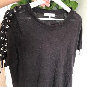 Super fed oversized t-shirt fra IRO med fine detaljer på skuldrene 🥳 En M ville også kunne passe den.