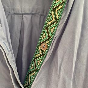 Fin skjorte, med detaljer, næsten ikke brugt! Giver gerne mængderabat