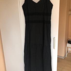 Smuk sort kjole i 2-lag tyndt bomuld med hæklede detaljer og flæser forneden, lynlås i siden, ca 118 cm lang fra skulder, pris inkl forsendelse m Dao