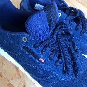 Reebok sneakers i mørkeblå ruskind - Brugt 2 eller 3 gange - Passer også en str. 38 da de kan være større i størrelsen - Fejl køb for nogle år siden   Sendes kun med DAO Trendsales