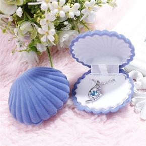 Rigtig sød og speciel fløjlsbelagt gaveindpakning til smykker, eller bare til pynt med et af dine yndlingssmykker. Størrelse 6cm x 5,5cm. Haves i blå og beige, nye og ubrugt.