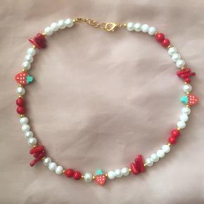 🍓 Strawberry halskæde med koral  Kan også sendes med postnord for 10 kr.  Jeg tager ikke flere billeder ❤️ Tjek gerne mine mange andre håndlavede smykker på min profil 🥰